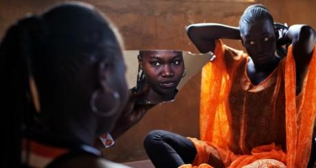Deux jeunes femmes se préparent avant une cérémonie, Sénégal, 22 mars 2013.REUTERS/Joe Penney
