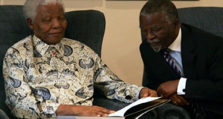 Mandela parcourt sa biographie, en présence du président Thabo Mbeki, 2006 / REUTERS