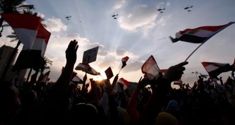 Des hélicoptères militaires volent au-dessus des manifestants de la place Tahrir, 1er juillet 2013, Le Caire / REUTERS