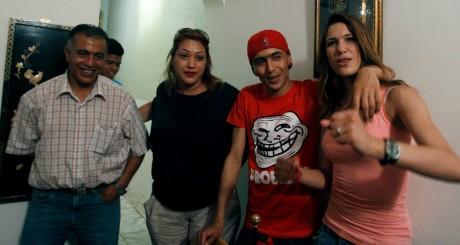 Weld El 15 (2e à droite) pose avec sa famille et ses amis après sa sortie de prison, 2 juillet 2013, Tunis / REUTERS