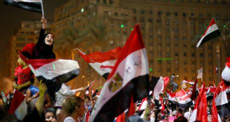 Manifestants sur la place Tahrir à l'annonce de l'éviction de Morsi, 3 juillet 2013 / Reuters