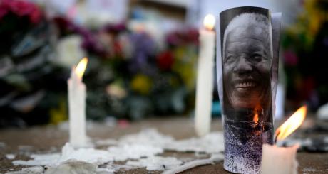 Bougies près d'une photo de Mandela, Pretoria, 28 juin 2013 / Reuters