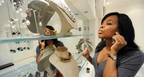 Une cliente dans une joaillerie de Lagos / AFP