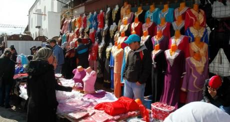 Vendeur clandestin à Alger, 2011 / REUTERS