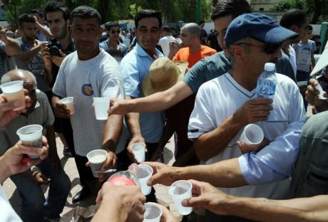 Déjeuner en public, le 3 août, en Kabylie. FAROUK BATICHE / AFP