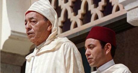 Le roi Hassan II et son fils Mohammed VI, au palais royal à Rabat, le 3 mars 1998 / REUTERS