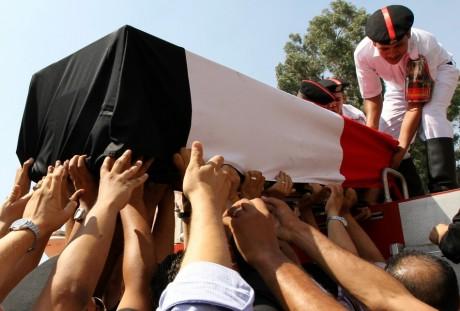Funérailles d'un policier tué pendant les heurts, 15 août, au Caire. REUTERS/Muhammad Hamed