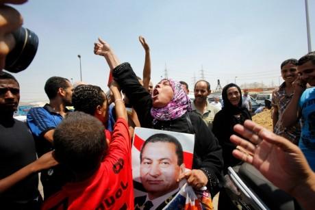 Partisans de l'ex-raïs Hosni Moubarak devant la prison de Tora, le 22 août 2013, au Caire.REUTERS/Youssef Boudlal