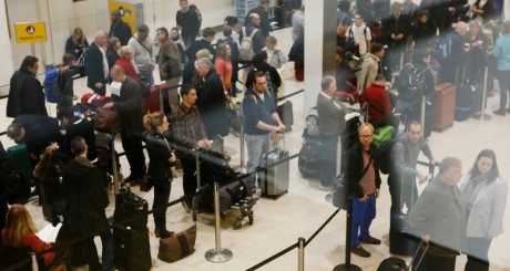 File d'attente aux douanes de l'aéroport de Heathrow, le 24 mai 2013 / REUTERS