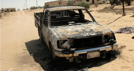 Voiture brûlée après les assauts de l'armée égyptienne contre les islamistes à Cheikh Zouaid, 11 septembre 2013 / REUTERS