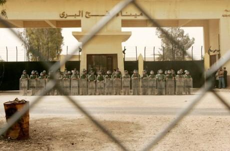 Police anti-émeute près de la frontière. REUTERS / Ibraheem Abu Mustafa