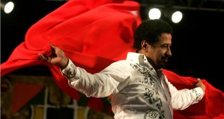 Le chanteur Cheb Khaled avec un drapeau marocain au festival Gnaoua d'Essaouira, 28 juin 2009 / REUTERS