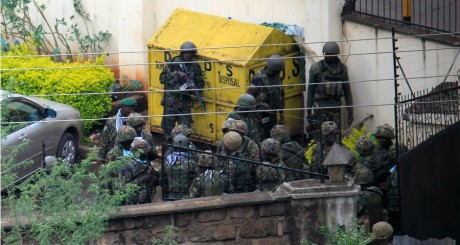 Soldats kényans derrière le Westgate Mall, 23 septembre 2013 / REUTERS
