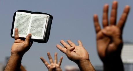 Le Coran, brandi par des manifestants, Le Caire, 23 août 2013 / REUTERS