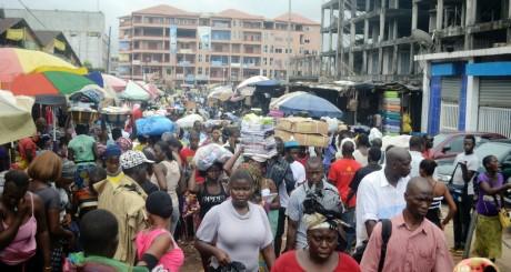Une rue commerçante de Conakry, 24 septembre 2013 / AFP