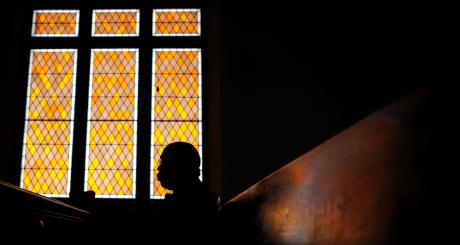 Un fidèle dans une église du Massachusetts, Etats-Unis / Reuters