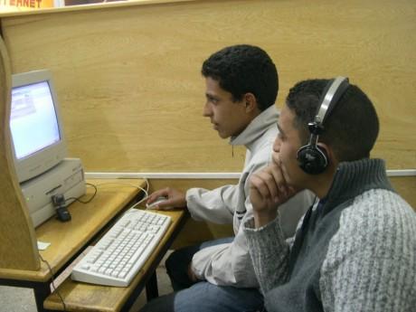 Marocains dans un cyber café, Rabat, 2006. CAROLINE TAIX / AFP