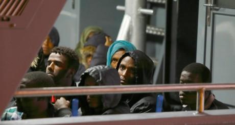Migrants somaliens dans un bteau de la marine maltaise, juillet 2013 / Reuters