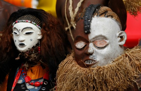 Masque traditionnel angolais. REUTERS/Mike Hutchings
