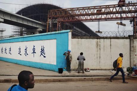 Des travailleurs devant le Lagos Rail Mass Transit. 29 Octobre 2013. Reuters / Joe Penney