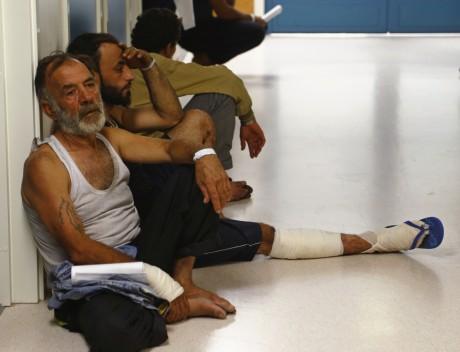 Des migrants qui viennent d'être secourus attendent de passer un test médical à Malte. REUTERS/Darrin Zammit Lupi