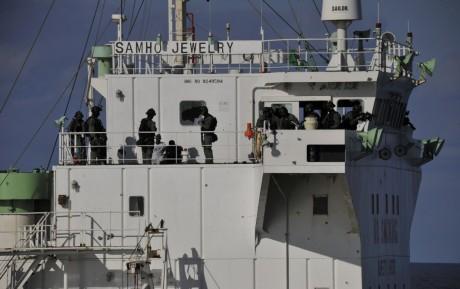 Des pirates somaliens à bord d'un navire sud-coréen. / REUTERS