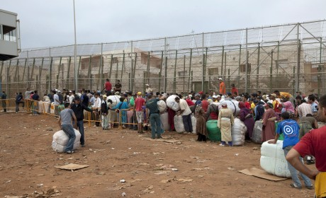 Des Marocains font la queue pour rentrer à Melilla. REUTERS/Youssef Boudlal