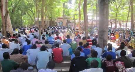 Des fidèles lors une messe pour le père Vandenbeusch enlevé le 14 novembre, près de Maroua / AFP