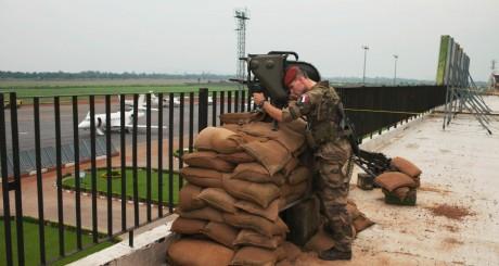 Soldat français assurant la sécurité de l'aéroport de Bangui, novembre 2013 / Reuters