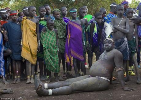 Un participant devant des enfants de la tribu Bodi. ©Eric Lafforgue