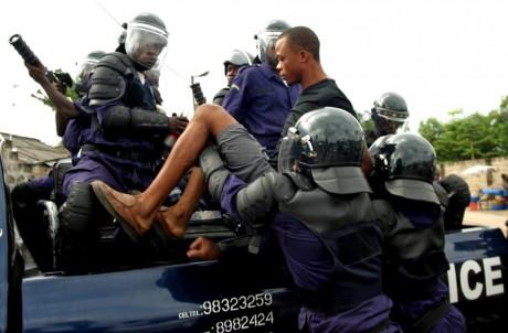 Une arrestation de la police anti-émeute à Kinshasa, REUTERS/David Lewis