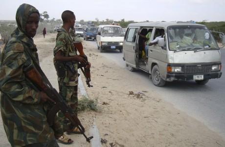 Des soldats loyalistes à un checkpoint dans la banlieue de Mogadiscio. REUTERS/Feisal Omar