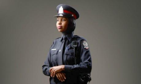 Uniforme avec l'option hijab . Capture écran. © Police d'Edmonton.