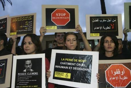 Des militants opposés à la peine de mort devant le parlement de Rabat. REUTERS/Stringer