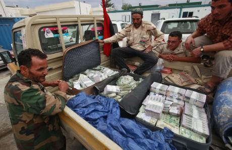 Des combattants libyens disent avoir trouvé ces malettes d'argent dans une maison d'un pro- Kadhafi. REUTERS/Suhaib Salem