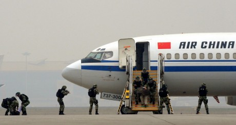 Un exercice anti-terroriste à l'aéroport de Pékin. REUTERS/China Daily