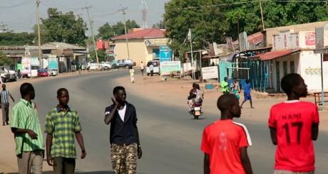 Des passants dans une rue de Juba, 16 décembre 2013 / Reuters