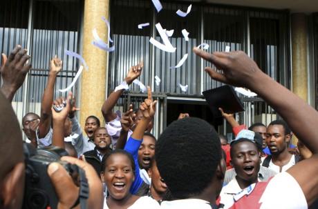 Des étudiants célèbrent l'acquittement de l'opposant politique Munyaradzi Gwisai REUTERS/Philimon Bulawayo