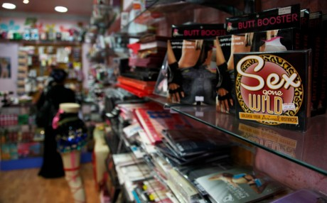 Un sex-shop à Manama, Bahreïn / REUTERS