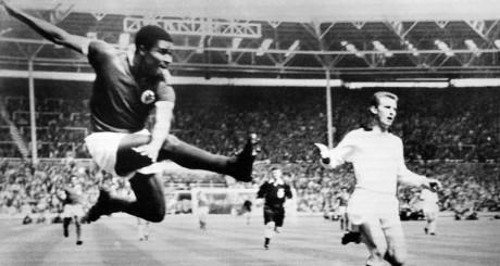 Eusebio aux prises avec un joueur de l'AC Milan en 1963 / AFP