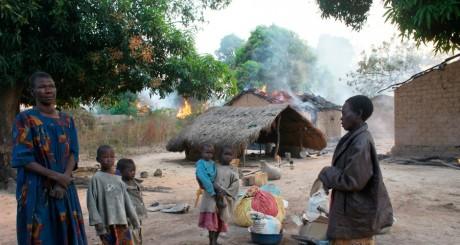 Une famille de Bossangoa devant sa maison incendiée, 3 janvier 2014. REUTERS/Andreea Campeanu