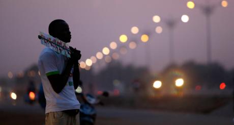 Un Burkinabè dans une rue de Ouagadougou / Reuters