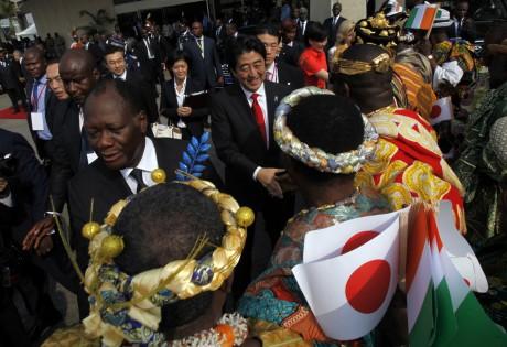 Le Premier ministre japonais Shinzo Abe, à l'aéroport d'Abidjan. REUTERS/Luc Gnago