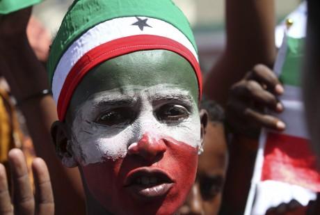 Un habitant de Hargeisa célèbre les 22 ans de la déclaration d'indépendance du Somaliland. REUTERS/Feisal Omar
