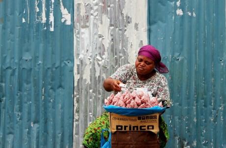 Vendeuse de rue à Libreville au Gabon, REUTERS/Luc Gnago
