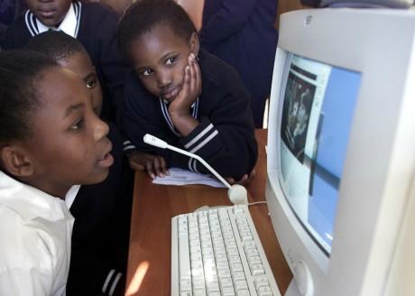 Des élèves de primaire à Soweto en Afrique du Sud, REUTERS/Juda Ngwenya