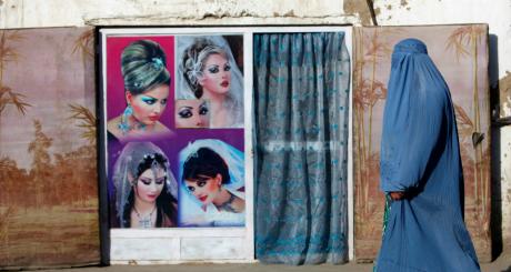 Femme voilé devant un salon de coiffure, Kabul / Reuters