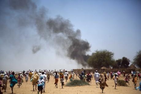 Des habitants de Kuma Garadayat fuient leur village contrôlé par le SLA après un accident. REUTERS/Albert Gonzalez Farran/UNAMID