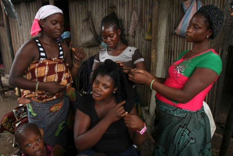 Femmes qui tressent leur ami dans le bidonville de Makoko au Nigeria, REUTERS/Akintunde Akinleye