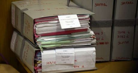 Piles de dossiers à l'ouverture du procès Simbikangwa, Paris, 4 février / AFP